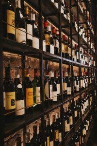 bouteilles rangés étagères de cave à vin